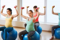 Frauen treiben Sport in der Schwangerschaft.