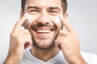 Mann trägt Gesichtspflege für Männer auf