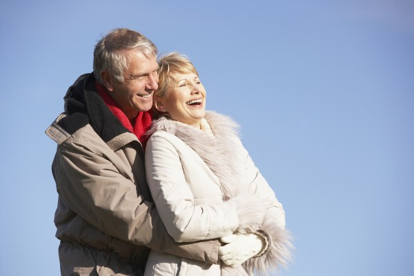 Paar im Alter an einem sonnigen Tag