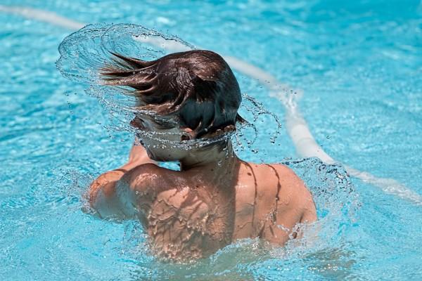Kind im chlorhaltigen Schwimmbad