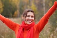 Beigeisterte Frau beim Sport im Wald.