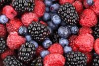 Gesunde Beerenmischung aus Blaubeeren, Himbeeren und Brombeeren.