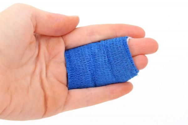 Verbundene Finger mit Verband bei möglicher Blutvergiftung