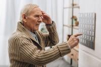 Mann, der von Vergesslichkeit im Alter geplagt wird, hält sich den Kopf.