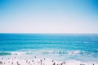 Gut besuchter Strandtag mit viel Sonnenschein am Meer.