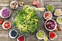 Ein Tisch mit Obst und Gemüse in kleinen Schalen.