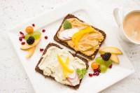 Gesunde Lebensmittel auf einem Frühstückstisch.