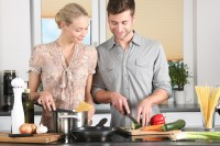 Pärchen kocht ein gesundes Clean Eating Mittagessen