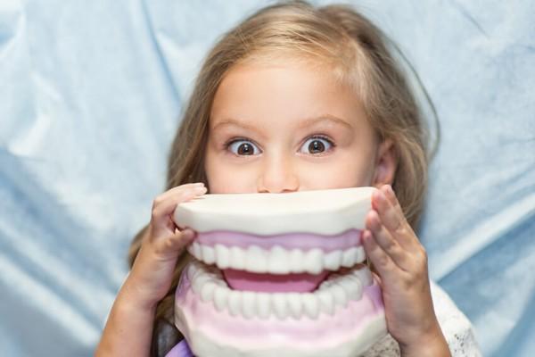 Kind spaßt mit riesigem Gebiss beim Zahnarzt rum