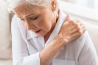 Frau mit Schmerzen durch Fibromyalgie Symptome