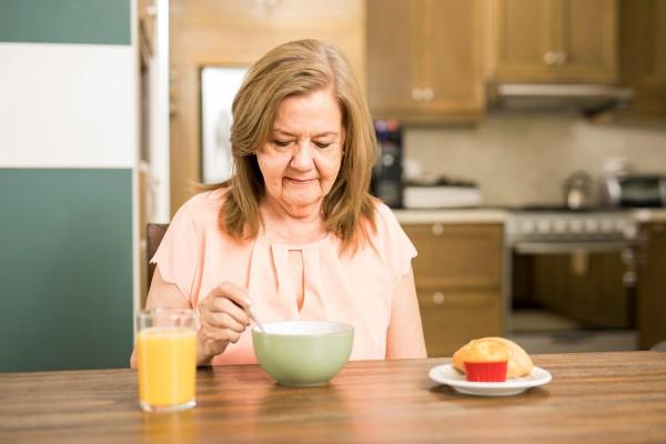 Frau mit Mangelernährung beim Frühstück