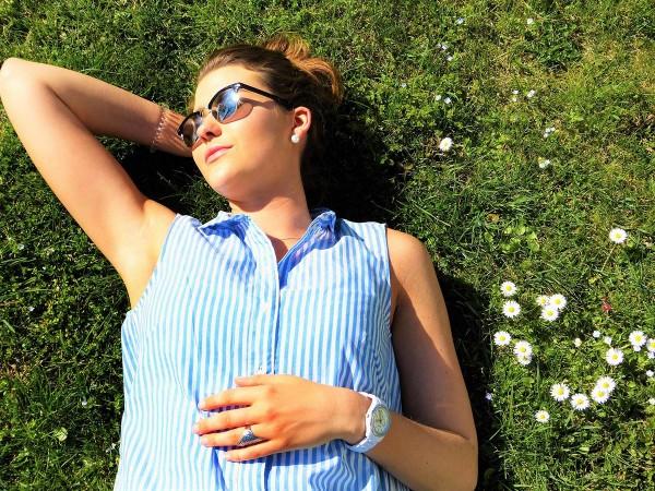 Frau liegt in der Sonne und genießt das Wetter.