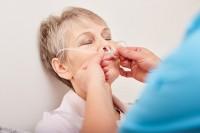 Frau mit COPD bei Untersuchung ihrer Symptome
