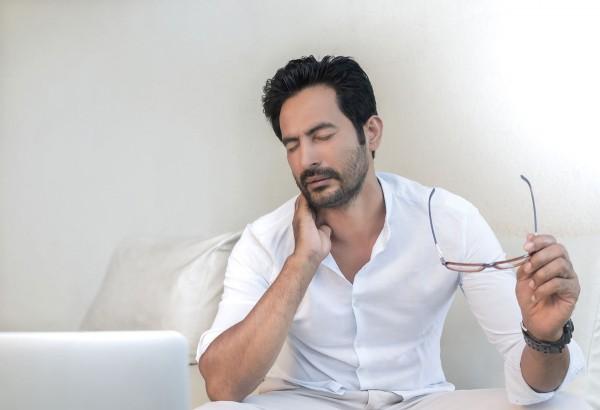 Mann leidet unter Nackenschmerzen