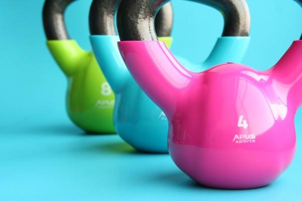 Fitnessgeräte Kettlebells in unterschiedlichen Farben