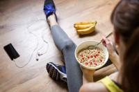 Sportliche Frau nimmt spezielle Sporternährung zu sich.