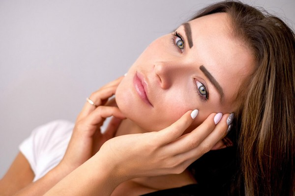 Junge Frau mit natürlich schönem Hautbild, das keiner Anti Aging Behandlung bedarf