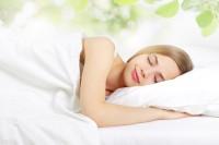 Frau schläft aufgrund von Frühjahrsmüdigkeit