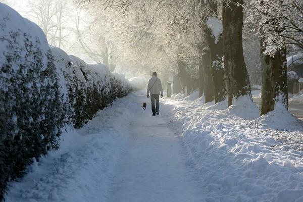 Spaziergänger im tiefsten, verschneiten Winter