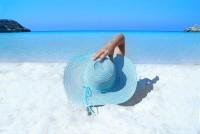 Frau genießt den Sommer am Strand.