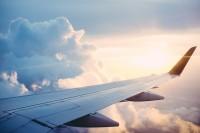 Flugzeug Tragfläche über den Wolken