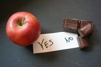 Apfel und Schokolade symbolisieren Tipps zum Abnehmen