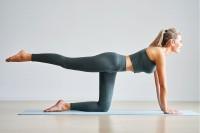 Frau führt Pilates Übungen aus.